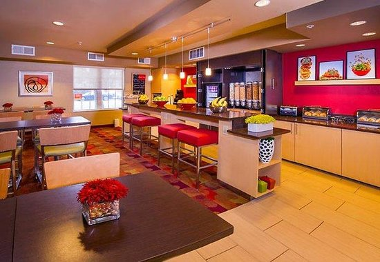 TownePlace Suites Falls Church: Grab N Go Breakfast