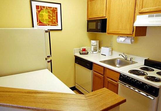 TownePlace Suites Dallas Plano: Studio Suite Kitchen
