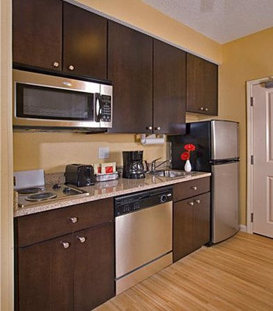 TownPlace Suites Des Moines Urbandale: Suite Kitchen
