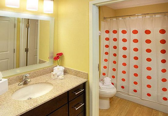 TownePlace Suites by Marriott - Newport News Yorktown: Suite Vanity & Bathroom Area