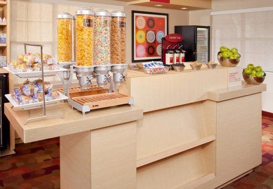 TownePlace Suites Cleveland Westlake: Breakfast Bar