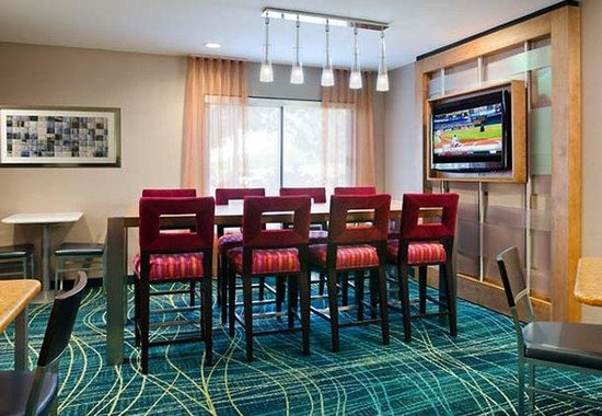 SpringHill Suites Nashville Airport: Communal Table