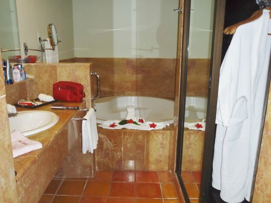 Catalonia Bavaro Beach, Casino & Golf Resort: nice tub