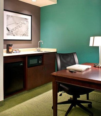 SpringHill Suites Boston Andover: Suite Kitchenette & Work Area