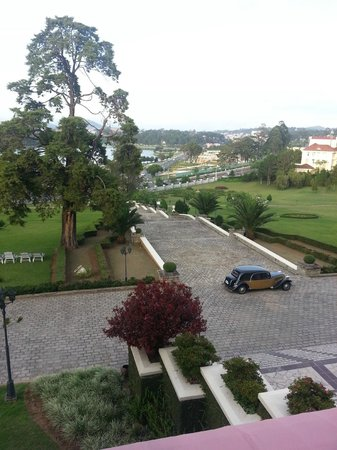 Dalat Palace Hotel: View from Palace Hotel steps to lake