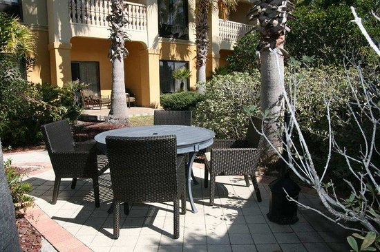 Hampton Inn &amp; Suites St. Augustine-Vilano Beach: Table and Chairs in Patio