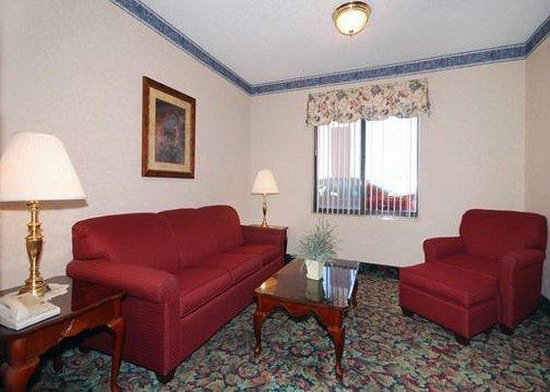 Comfort Suites Mattoon: Lobby