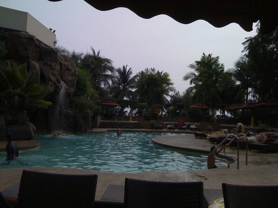 Diamond Hotel Philippines: Poolside