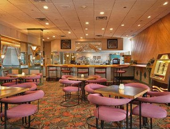 Days Inn at the Falls: Prisms Lounge