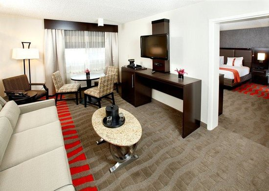 Holiday Inn Newark Airport: Suite Living Room