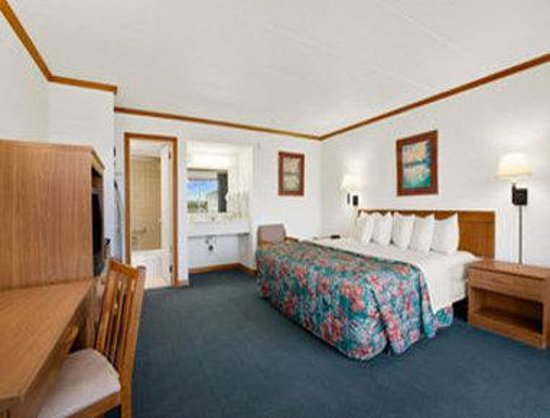 Days Inn & Suites Mariner: King Bedroom