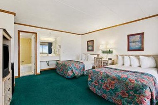 Days Inn & Suites Mariner: Two Double Bedroom