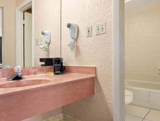 Days Inn Fort Pierce Midtown: Bathroom