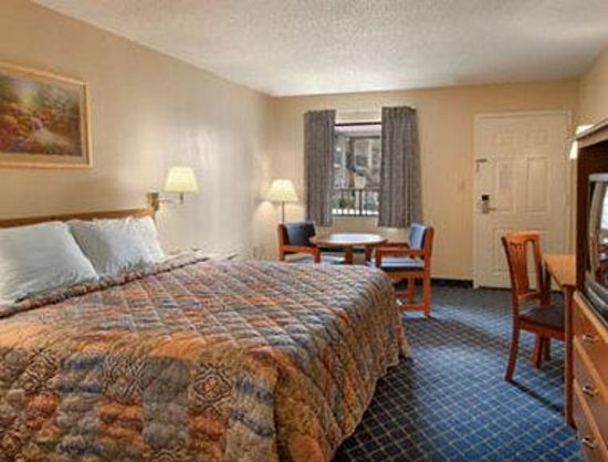 Days Inn Asheville Woodfin: Standard King Bed Room