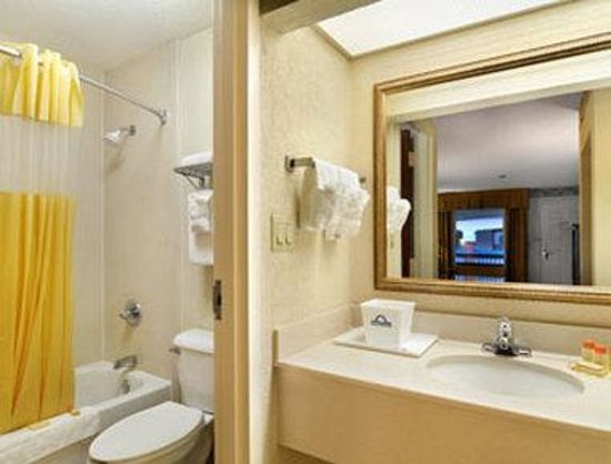 Days Inn and Suites Savannah Gateway: Bathroom