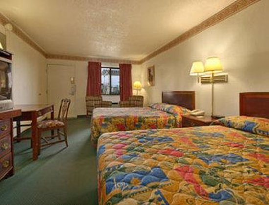 Days Inn Santa Fe: Standard Two Double Bed Room