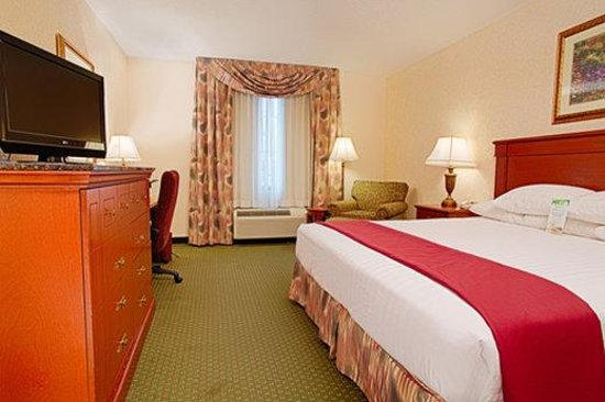 Drury Inn & Suites Forest Park: King Deluxe Room