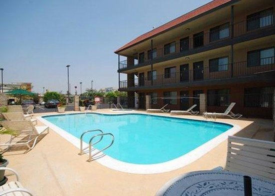 Comfort Inn &amp; Suites Bell Gardens: Pool