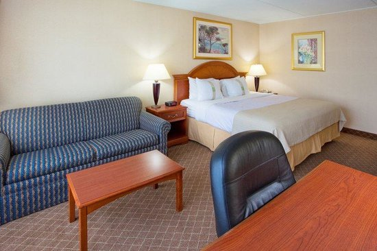 Holiday Inn Cumberland Downtown: King Bed Guest Room