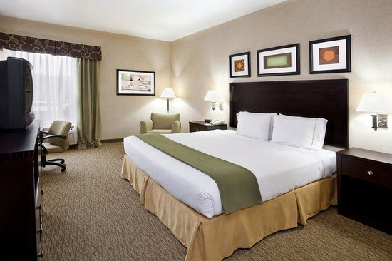 Holiday Inn Express & Suites Cleveland - Streetsbro: King Bed, chair w/ ottoman, desk, microwave, fridge