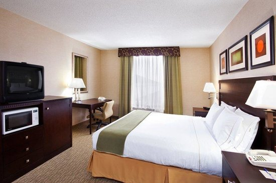 Holiday Inn Express & Suites Cleveland - Streetsbro: Executive Room: King bed, sofa bed, microwave, fridge