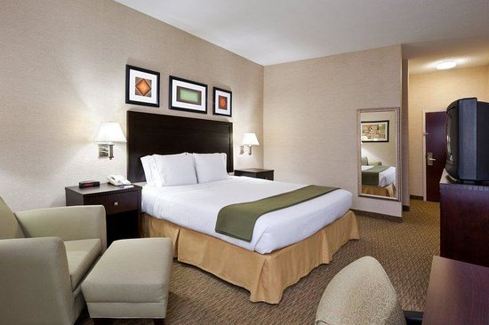 Holiday Inn Express &amp; Suites Cleveland - Streetsbro: King Bed Guest Room w/ microwave, fridge