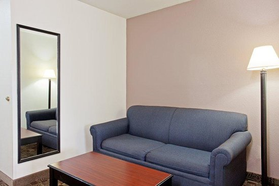 Holiday Inn Express Solana Beach/Del Mar: Sleeper Sofa in Suites