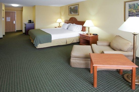 Holiday Inn Express Charles Town: King Bed Guest Room