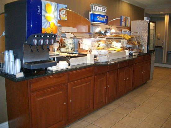 Holiday Inn Express Hotel & Suites West Point: Breakfast Bar