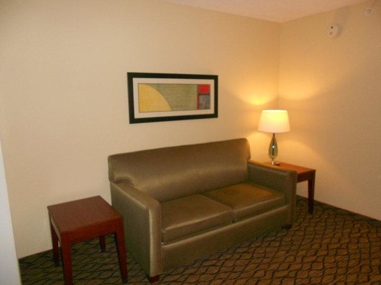 Holiday Inn Express Lancaster: Suite Sofa Area