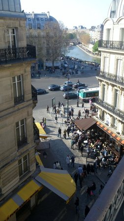 Hotel D&#39;Albe St Michel: View from the room - River Seine and cafes
