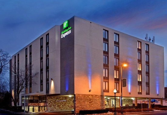 Holiday Inn Express Kansas City - Westport Plaza: Hotel Exterior