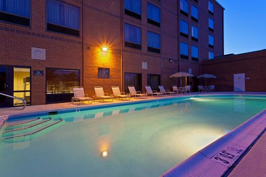 Holiday Inn Express Baltimore - BWI Airport West : Seasonal outdoor pool with lifeguard