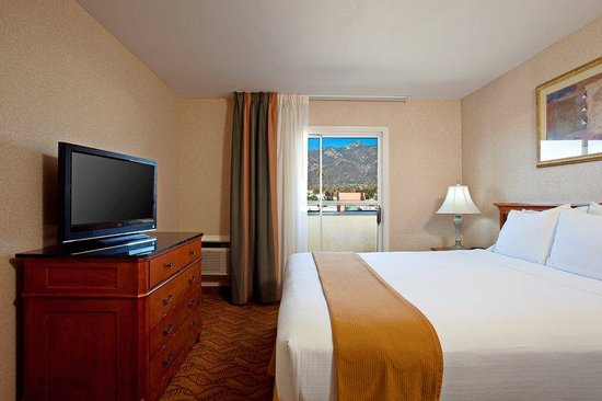 Holiday Inn Express Hotel & Suites Pasadena-Colorado Blvd.: Pasadena Hotel King Suite