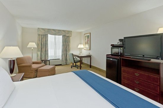 Holiday Inn Express Lordstown / Newton Falls / Warren : King Bed Guest Room