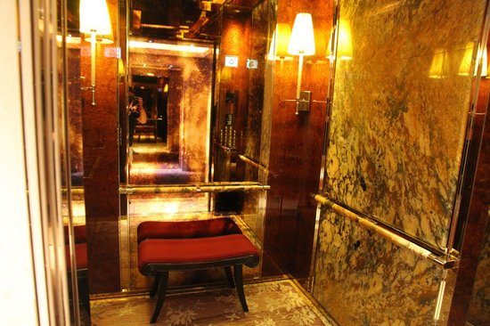 The St. Regis Singapore : Even the lift is luxurious and you can sit while riding!