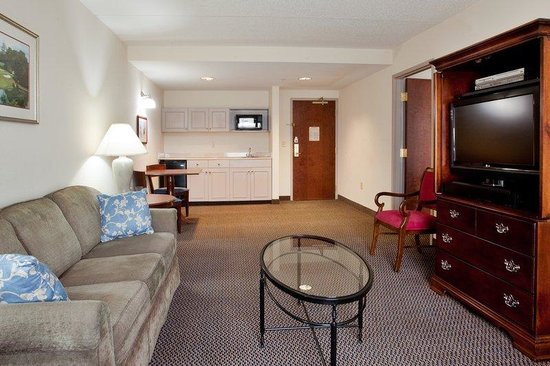 Holiday Inn Newport News: Ample space and a kitchenette