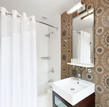 Hotel Cass, a Holiday Inn Express: Guest Bathroom