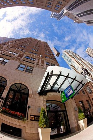 Hotel Cass, a Holiday Inn Express: Holiday Inn Express Chicago Magnificent Mile Exterior Entrance