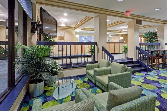 Holiday Inn Express & Suites - York: Catch a Morning  Show While Enjoying Your Complimentary Breakfast!