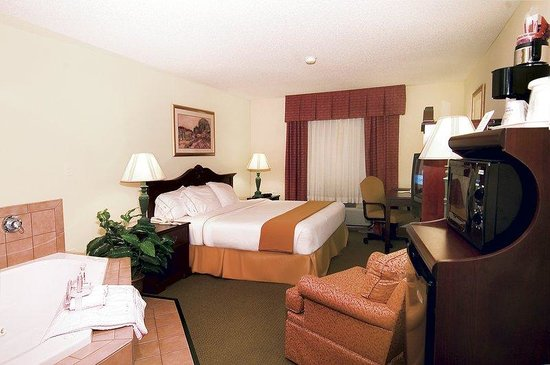 Holiday Inn Express Fulton: Need a getaway - try the jacuzzi room.