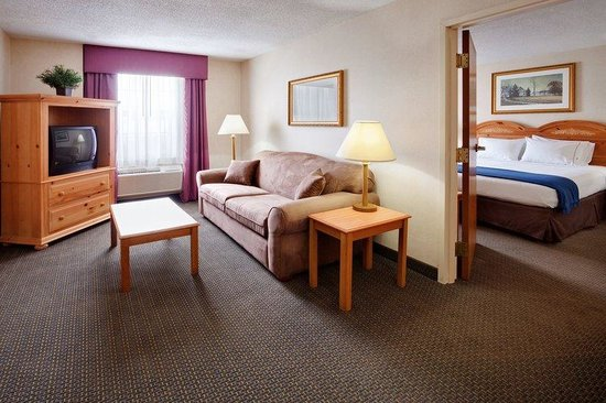 Holiday Inn Express Elizabethtown (Hershey Area): Two room suite with Jacuzzi and kitchenette!