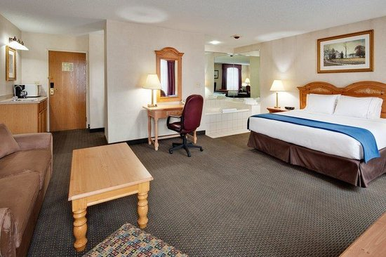 Holiday Inn Express Elizabethtown (Hershey Area) : Our Jacuzzi suite with king bed and pull out sofa! 