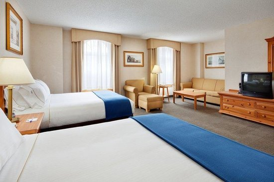 Holiday Inn Express Elizabethtown (Hershey Area): Our triple queen suites are great for larger families!