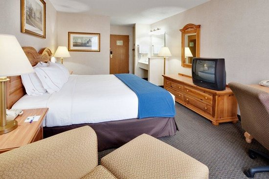 Holiday Inn Express Elizabethtown (Hershey Area): Enjoy a large, king bed guestroom!