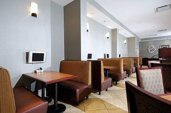 Holiday Inn Charleston Airport/Convention Center: Indigo Restaurant booth seating set with individual televisions