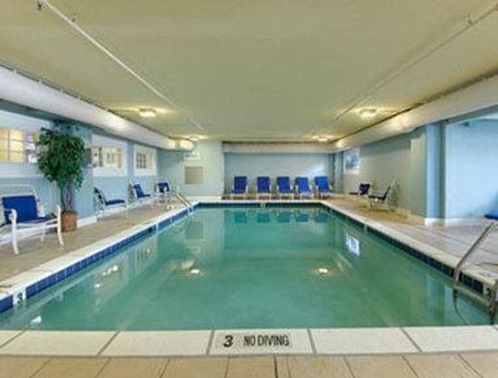 Howard Johnson Oceanfront Plaza Hotel: Indoor Pool