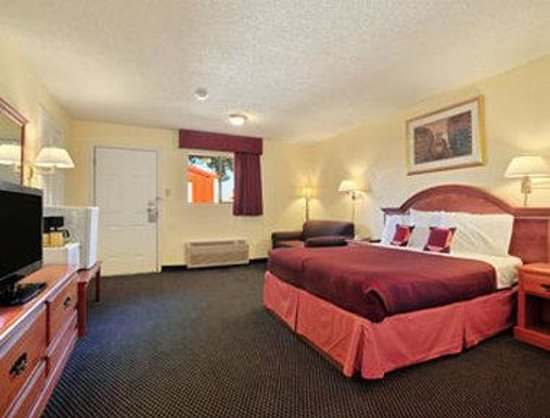 Howard Johnson Express College Station: ADA One Queen Bed Room