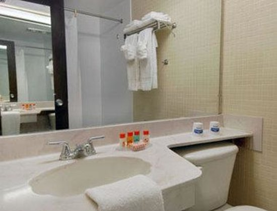 Howard Johnson Resort Hotel - St. Pete Beach: Bathroom