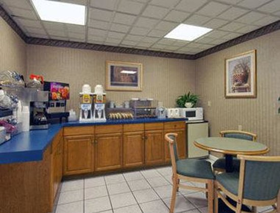 ‪‪Howard Johnson Express Inn - Lenox‬: Breakfast Area‬